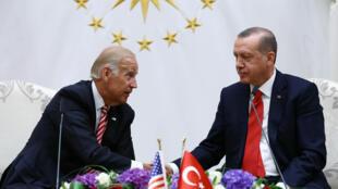 Phó tổng thống Mỹ Joe Biden và tổng thống Thổ Nhĩ Kỳ Tayyip Erdogan (P) trao đổi tại dinh tổng thống ở Ankara ngày 24/08/2016.