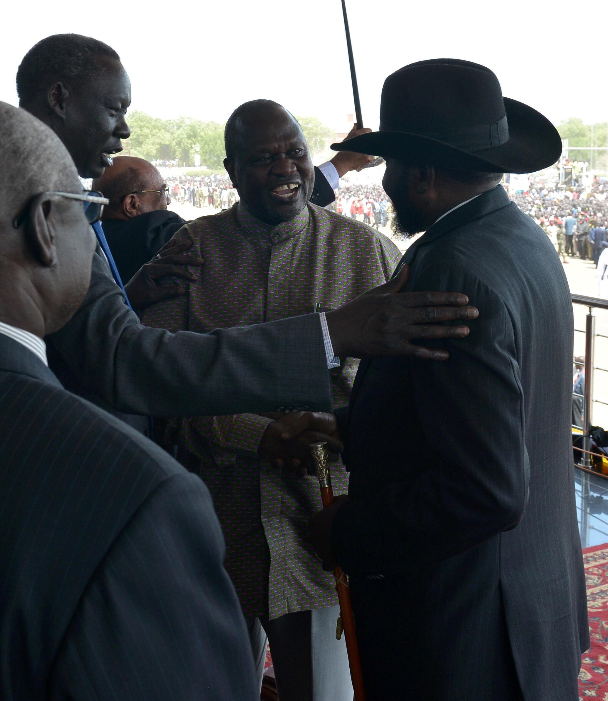 Salva Kiir (d) et Riek Machar (c) à Juba le 31 octobre 2018.
