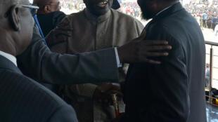 Shugaba Salva Kiir da tsohon mataimakinsa kuma jagoran 'yan tawayen kasar Riek Machar bayan isowarsa Juba jiya Laraba 31 ga watan Oktobon 2018.