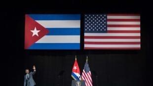 Barack Obama asalimu baada ya hotuba yake katika ukumbi wa Grand Theatre mjini Havana, Machi 22, 2016.