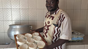 Habib Adebo, artisan fromager à Bohicon au Bénin, fabrique une cinquantaine de camemberts par semaine.