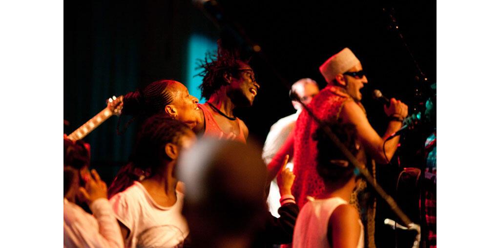 Au centre : Soro Solo. En peau de léopard : Vlad Cagnolari. Et sur scène avec eux : le public de Bobigny ! C'était le 18 octobre 2015, dans le cadre du Festival Villes des Musiques du Monde.