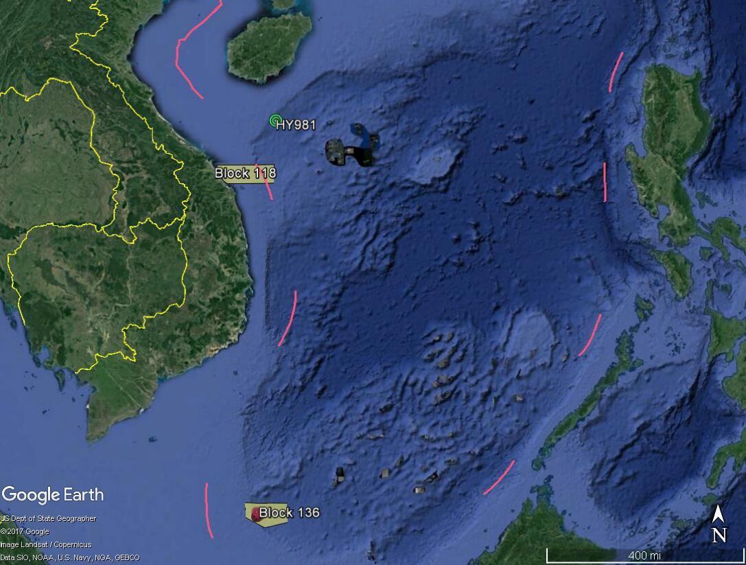 Vị trí của các lô 118 và 136 so với đường lưỡi bò Trung Quốc trên Biển Đông. Địa điểm đặt giàn khoan Hải Dương Thạch Du 981 năm 2014 cũng được ghi chú.