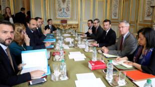 Emmanuel Macron convocou uma reunião de crise com sua equipe após atos de vandalismo durante protesto nas ruas de Paris