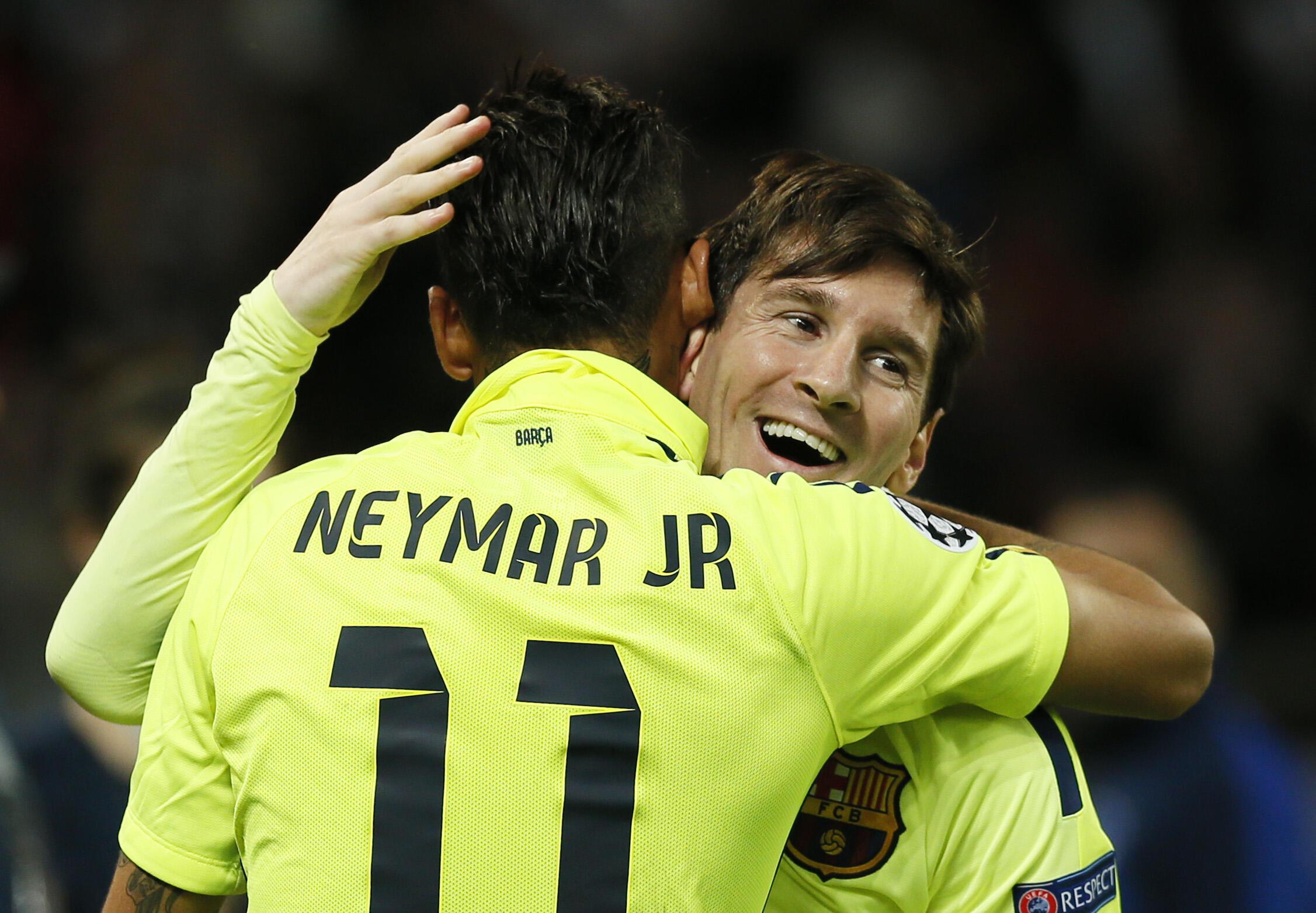 Neymar comemora com Messi primeiro gol do Barcelona contra o PSG