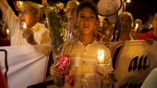 Des habitants se sont rassemblés pour honorer la mémoire des victimes de l'attentat qui a fait 38 morts à Sousse, le 27 juin 2015.