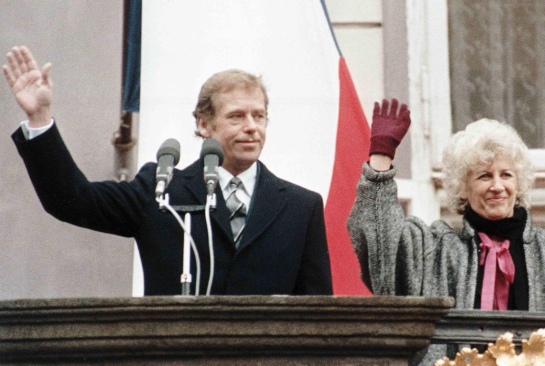 當選總統之後的哈維爾與他的夫人一同向捷克民眾致謝。1989年12月29日。