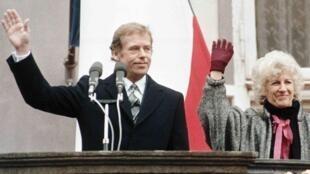 当选总统之后的哈维尔与他的夫人一同向捷克民众致谢。1989年12月29日。