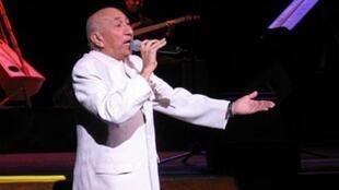 Simón Díaz cantando en Boston, en 2005.