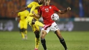 L'attaquant égyptien Mohamed Mahmoud Mostefa en lutte avec un défenseur togolais. Le 14 novembre 2020.