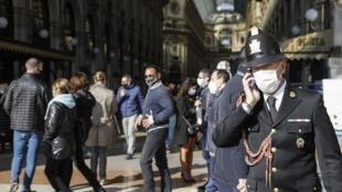 Un agent de circulation au téléphone dans la Galleria Vittorio Emanuele II, à Milan le 16 octobre 2020.