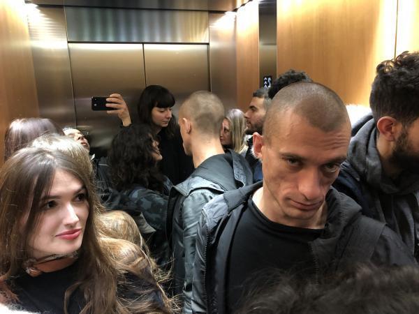 Петр Павленский в лифте парижского Дворца правосудия, 10 января 2018 года