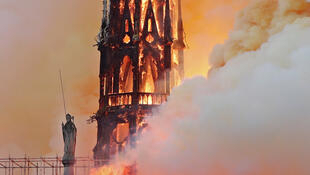 Le feu a englouti la flèche de la Cathédrale qui s'est effondrée de 93 mètres de hauteur.