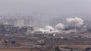 L'armée syrienne bombarde le camp palestinien de Yarmouk contrôlé depuis 2015 par l'organisation Etat islamique, le 28 avril 2018.