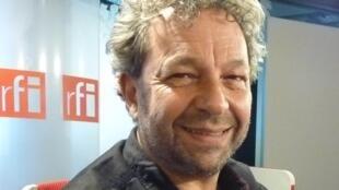 Salvador Amore en los estudios de RFI