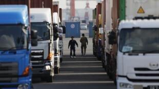 L'écotaxe pour les poids lourds entrera en vigueur le 1er  janvier.