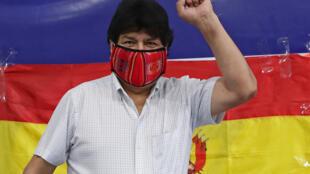 El expresidente boliviano Evo Morales antes de leere un comunicado ante la prensa en el central de trabajadores argntina CTA el 18 de octubre, día de las elecciones en Bolivia