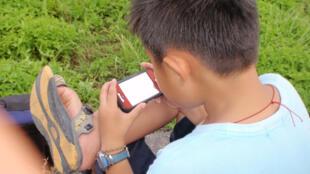 Uso excessivo de tablets e telefones celulares pode prejudicar o desenvolvimento das crianças.