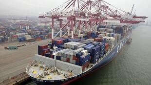 Un cargo dans le port de Qingdao.