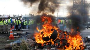 Активисты собрались около нефтехранилищ незадолго до рассвета