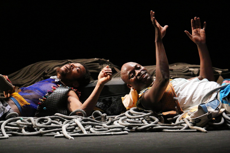 Julien Mabiala Bissila sur scène (à gauche), aux côtés de Criss Niangouna, dans «Au nom du père, et du fils, et de JM Weston».