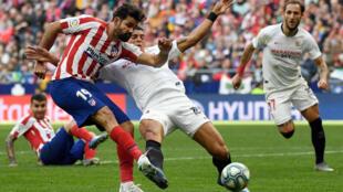 L'attaquant de l'Atlético de Madrid, Diego Costa (g), à la lutte avec le défenseur brésilien de Séville, Diego Carlos, lors du match de Liga, à Madrid, le 7 mars 2020