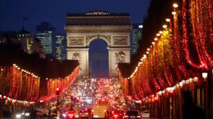 Cảnh đại lộ Champs-Élysées, Paris, đón mừng Giáng sinh và năm mới. Ảnh tháng 12/2018..