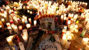 Des dizaines de bougies ont été allumées sur la Route 91, à Las Vegas, en mémoire aux victimes de la fusillade la plus meurtière des Etats-Unis. Photo : le 3/10/2017.