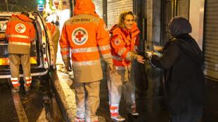 Des bénévoles de la Croix-Rouge française à Paris à la rencontre de personnes sans abri.