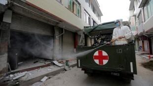 四川雅安震后救援者消毒损坏的房子芦山县2013年4月22日