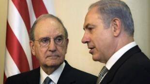 L'émissaire américain au Proche-Orient George Mitchell (g) et le Premier ministre israélien Benyamin Netanyahu lors de leur rencontre à Jérusalem le 13 décembre 2010.