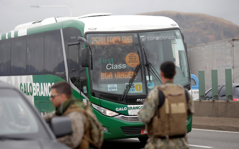 Passageiros de um ônibus foram feitos de refém na manhã desta terça-feira (20), na Ponte Rio-Niterói.