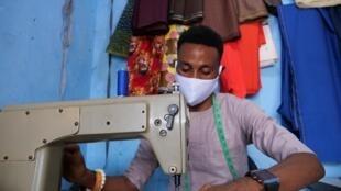 São Tomé e Príncipe vai subvencionar a produção massiva de máscaras em tecidono país, que deverão ser certificadas pelo Ministério da Saúde.