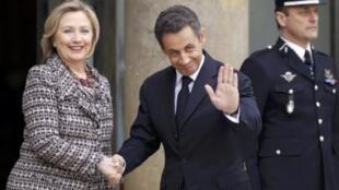 Sarkozy recebe Hillary Clinton no Palácio do Eliseu, 19/3/11.