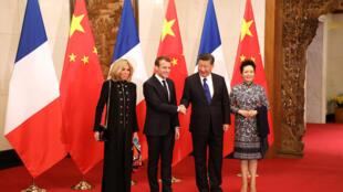 图为法国总统马克龙夫妇与中国国家主席习近平夫妇在北京钓鱼台国宾馆会见