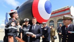 Le président français Emmanuel Macron a lancé à Cherbourg (nord-ouest) le «Suffren», premier d'une série de six nouveaux sous-marins nucléaires d'attaque (SNA), le 12 juillet 2019.