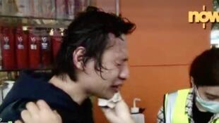 警方在大埔镇压市民示威游行,向在场市民和记者胡乱喷射胡椒喷雾,NOW电视台记者被喷雾射中,在场接受治疗,状甚痛苦。