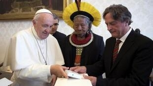 O papa Francisco recebeu nesta segunda-feira (27) o cacique Raoni.