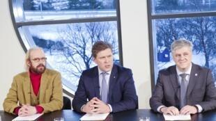 Bjarni Benediktsson (au centre), nouveau Premier ministre islandais, le 10 janvier 2017.