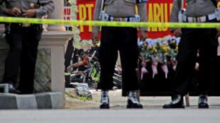 Cảnh sát Indonesia tại Solo, sau vụ đặt bom ngày 05/07/2016.
