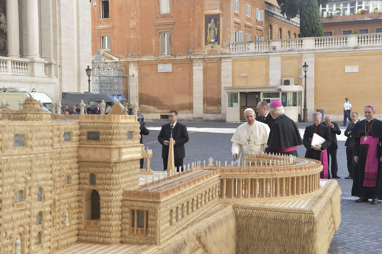 Đức Giáo hoàng Phanxicô (giữa) bên cạnh mô hình quảng trường Thánh Phêrô bằng mây tre ở Vatican, ngày 27/08/2014.