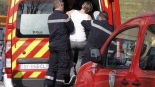 Une jeune femme évacuée par les pompiers après la fusillade au lycée Tocqueville de Grasse, jeudi 16 mars 2017, dans laquelle 8 personnes ont été blessées.