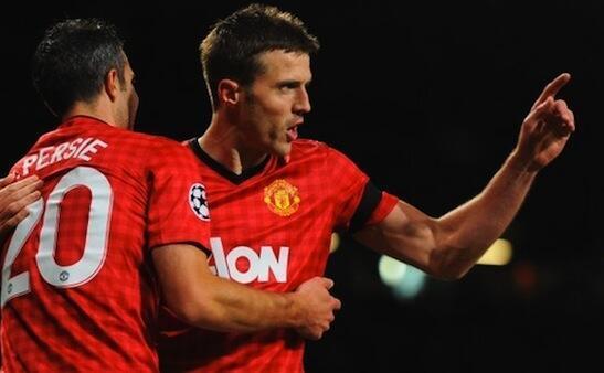 Kiungo wa Kimataifa wa Uingereza na Klabu ya Manchester United Michael Carrick akishangilia goli lake na Robin Van Persie