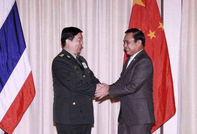 Bộ trường Quốc Phòng Trung Quốc Thường Vạn Toàn (Chang Wanquan) gặp lãnh đạo tập đoàn quân sự Thái Lan Prayuth Chan-ocha (phải), Bangkok, 6/2/2015.