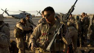 Des soldats américains s'apprêtent à s'envoler pour la province de l'Helmand, au sud de l'Afghanistan, le 2 juillet 2009.