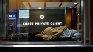 Un sans-abri dans le quartier financier de Wall Street, à New York, le 3 avril 2020 (photo d'illustration).