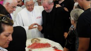 O ex-presidente Luiz Inácio Lula da Silva se despediu de sua esposa e companheira de luta Marisa Letícia, no último sábado (4).