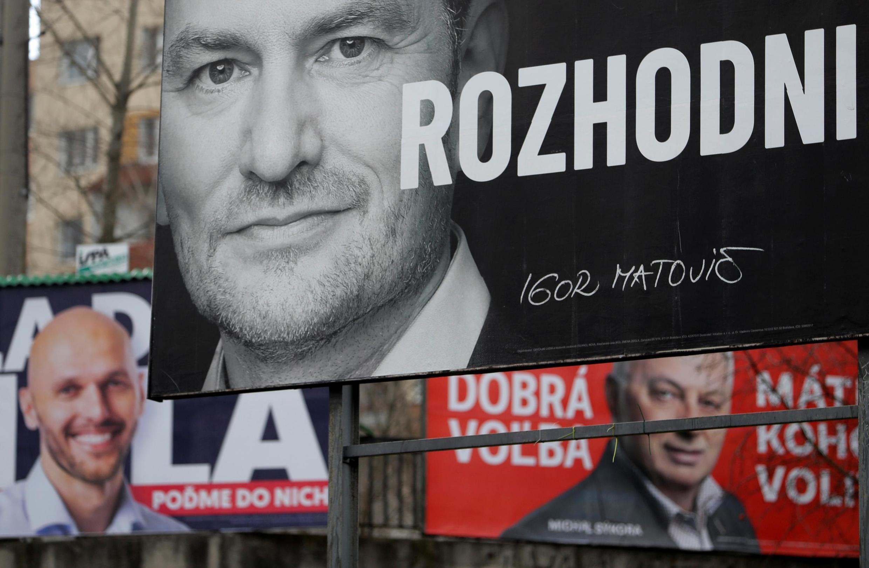 Eslováquia vai às urnas no sábado, 29 de fevereiro, para renovar o Parlamento, de onde sairá o próximo governo. Na foto, cartazes com os candidatos em Bratislava. 21/02/20