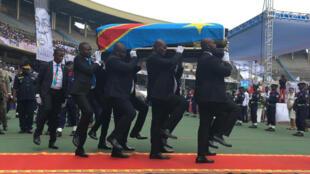Le cercueil d'Étienne Tshisekedi à son arrivée dans le stade des Martyrs à Kinshasa.
