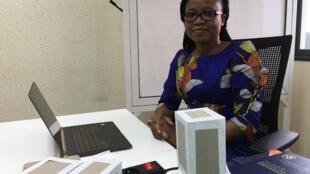 Marielle Agbahoungbata, coordinatrice de X-TechLab, devant des modèles en carton qu'elle utilise pour expliquer la structure des matériaux.